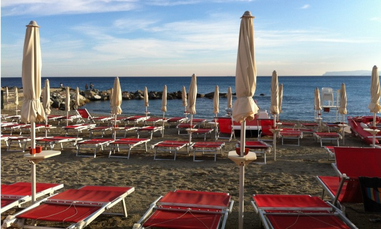 Varazze Spiaggia Banidera Blu - Hotel Ideale Varazze - Albergo tre stelle sul mare in Liguria